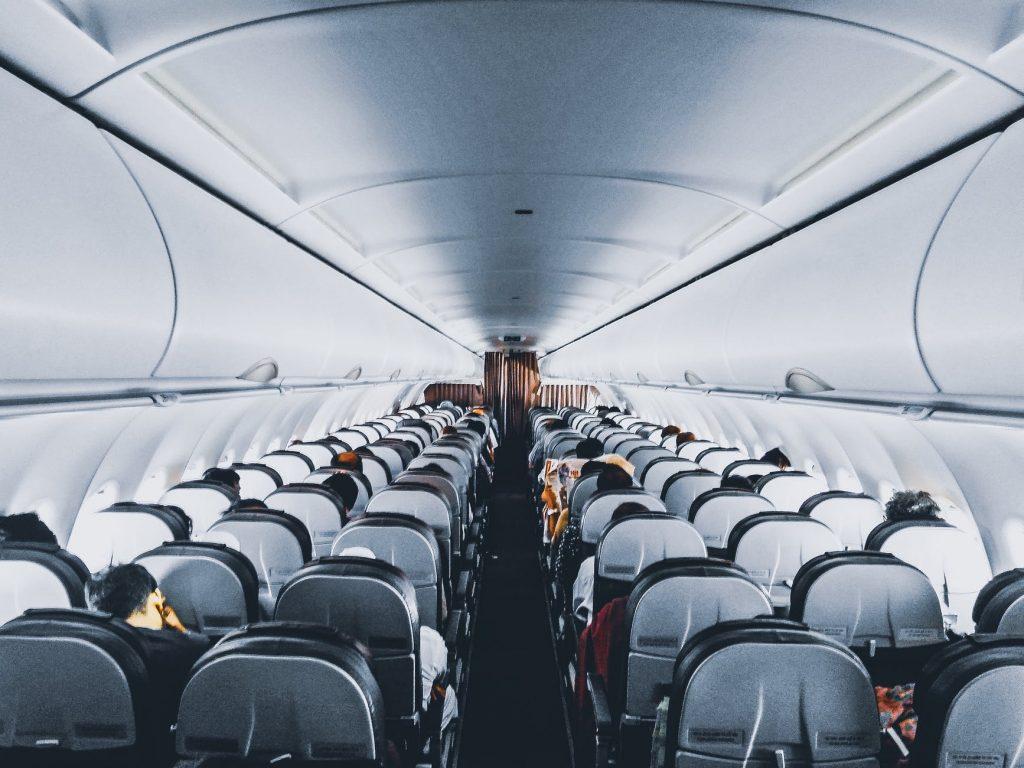 Corredor de um voo low cost