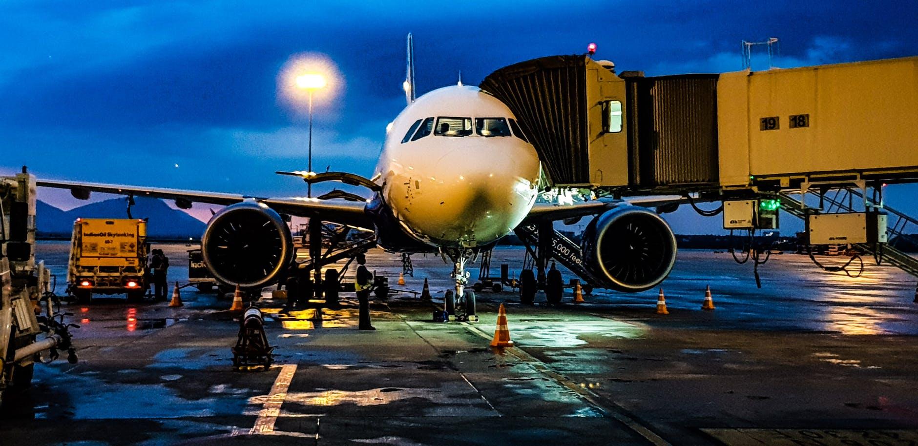 Avião preparando para voar de madruga