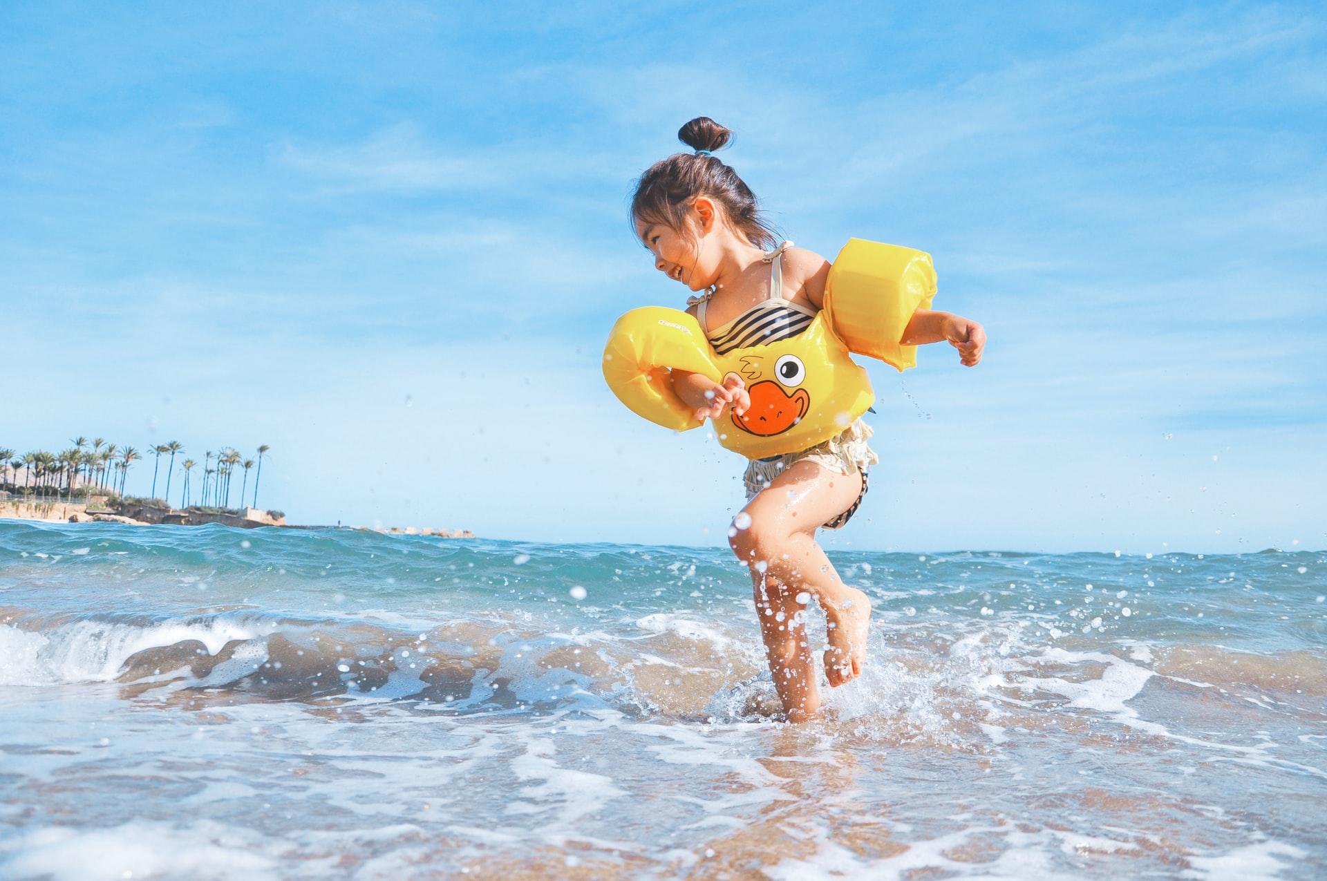 Viagem com crianças brincando no mar